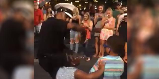 Loco baile de la Policía